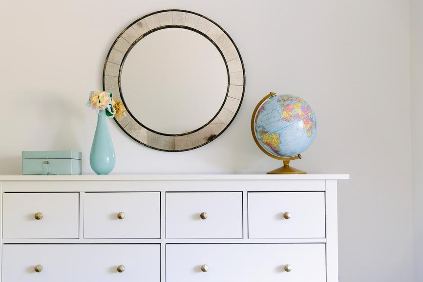 Own Mirror in small space Buyersagent.com Stocksy_txp4b2171f9aVr100_Small_1157006.jpg