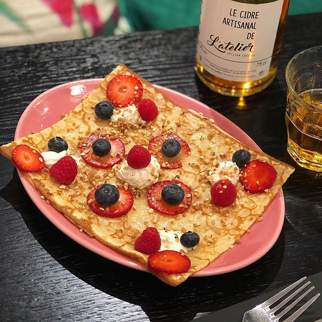 Dans tous nos Ateliers retrouvez la Babette, de fruits rouges et de mascarpone vêtue, pour être dévorée toute crue 🍓. . #crepes #strawberry #redfruits #mascarpone #noisettes #latelier #artisancrepier #chesnay #versailles #parly2 #increpewetrust #saintgermaindespres #paris #food #foodista #mabillon #4temps #ladéfense #velizy2 #fresh #godsavethecrepe #cool #fun #newdecor #foodporn #cider #waffles #cider #cidre #latelierartisancrepier