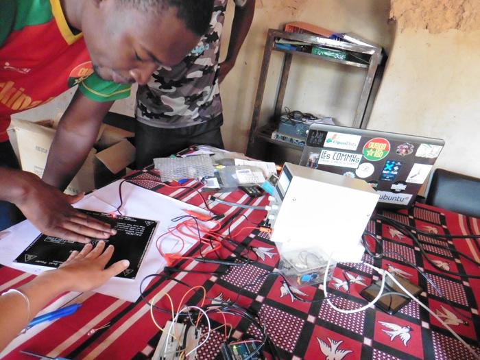 Tests avec Arduino au Ouagalab burkinabé, le plus ancien makerspace d'Afrique de l'Ouest. © Makery