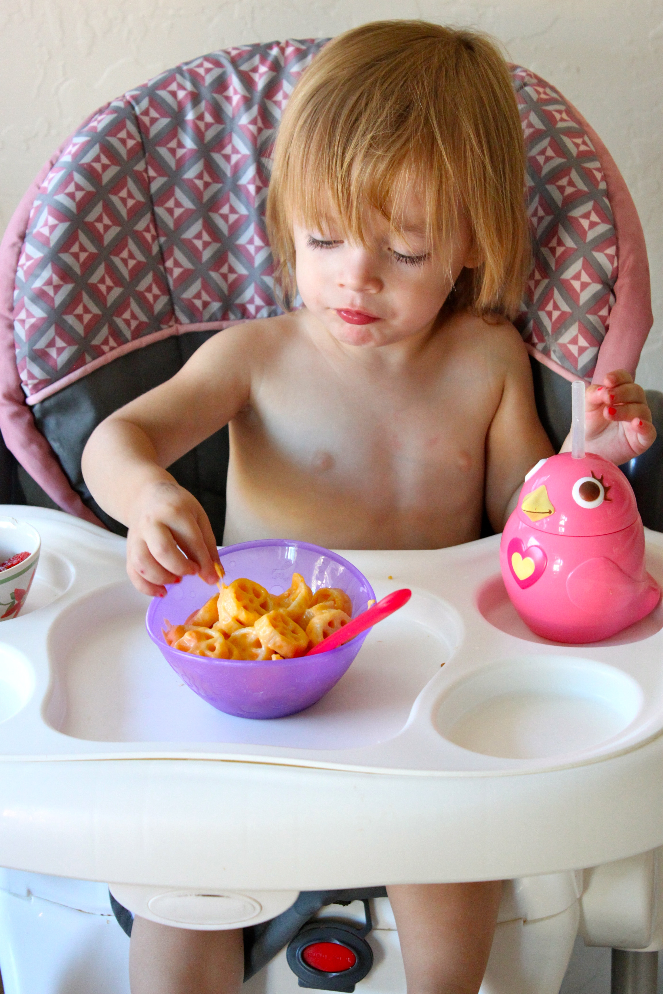 Kids Mac n' Cheese! Secret ingredient is CARROT puree to up the nutrients for your kiddos! Recipe from The Diva Dish!