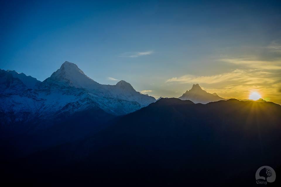 Đỉnh Annapurna South quen thuộc nơi mặt trời bắt đầu ló dạng. Chụp bởi Giang.