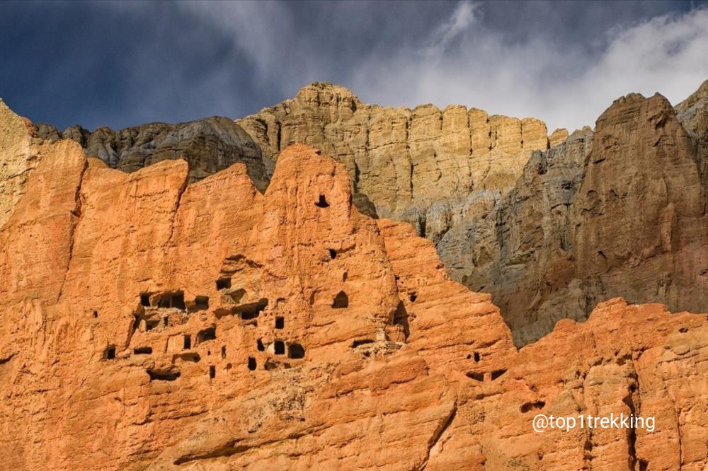 Có hơn 10,000 hang động ở Mustang, một vài trên 1000 năm tuổi