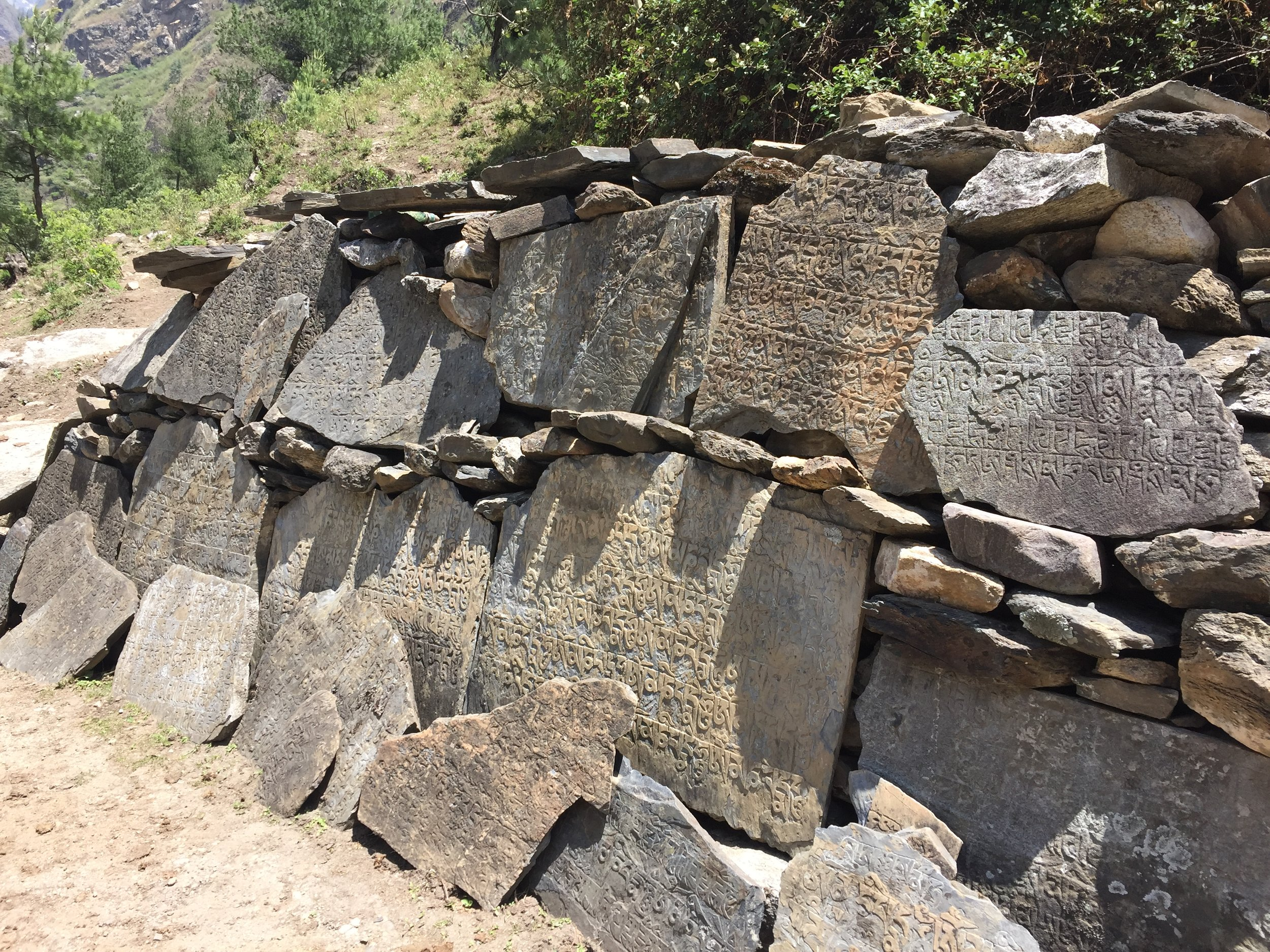 """Những phiến đá Mani được khắc dòng mantra """"OM MANI PADME HUM"""""""