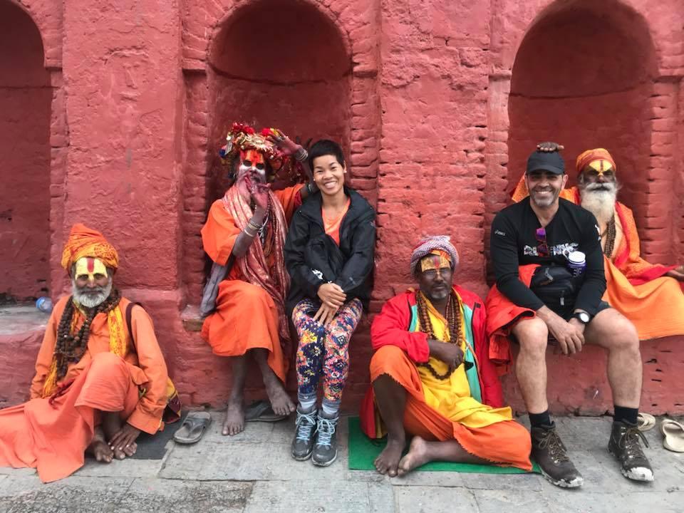 Chụp hình với Shadus ở đền Pashupatinath