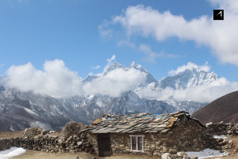 Ngôi nhà bằng đá nằm khiêm tốn giữa cảnh núi non lộng lẫy