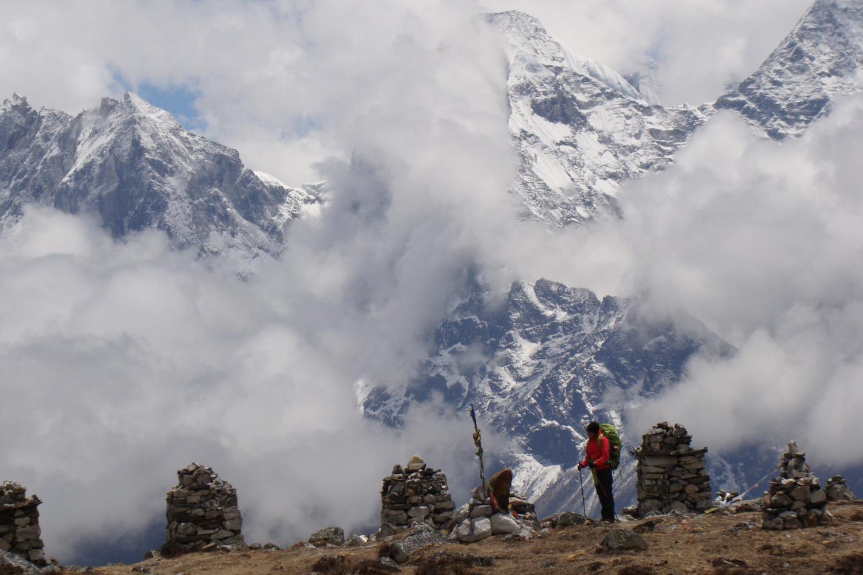 Một phút trầm lặng trước những stupa được xây để tưởng nhớ những nhà leo núi - @Fillip Lhota