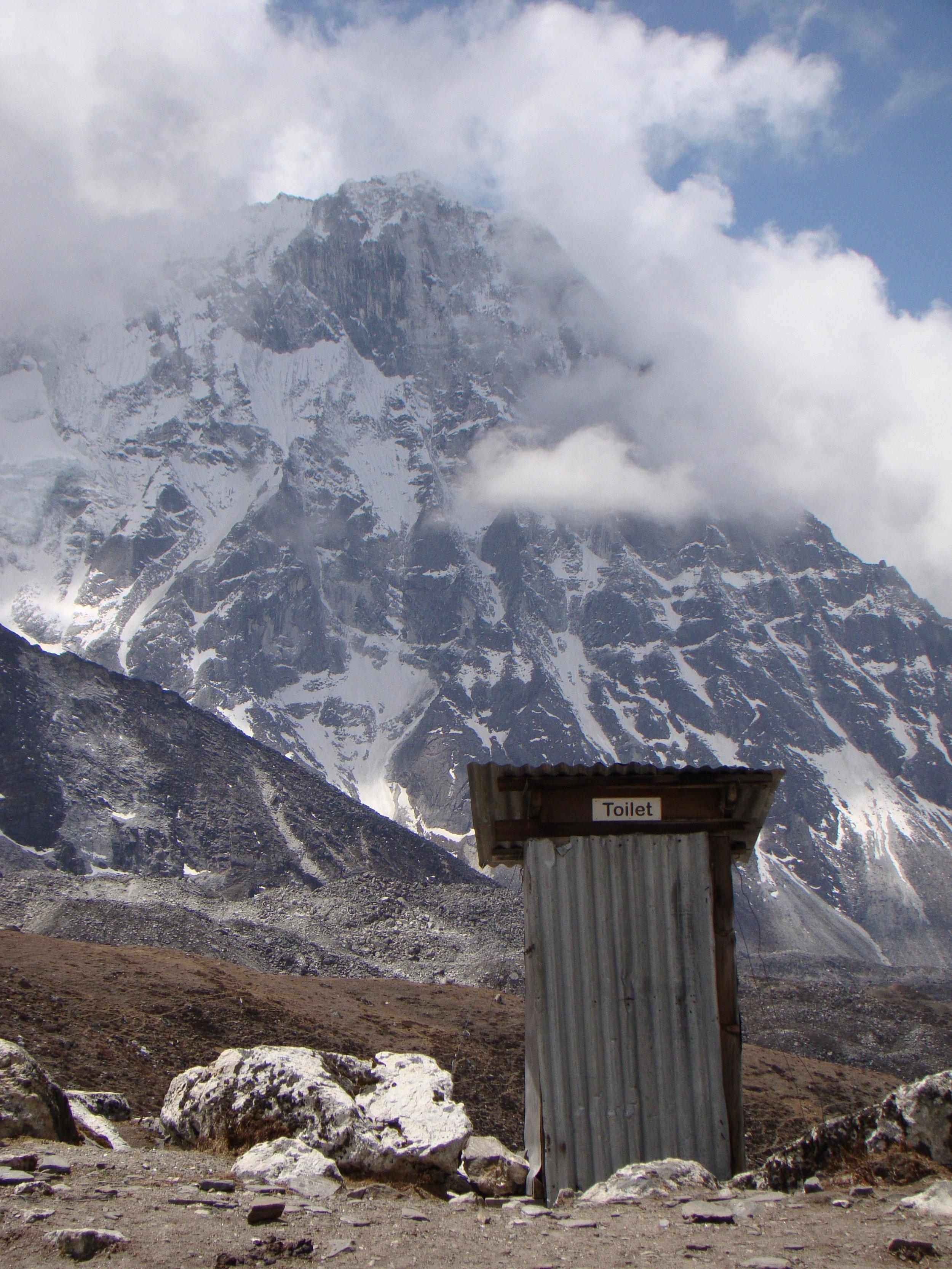 Toilet thô sơ trước cảnh núi hùng vĩ @Fillip Lhota