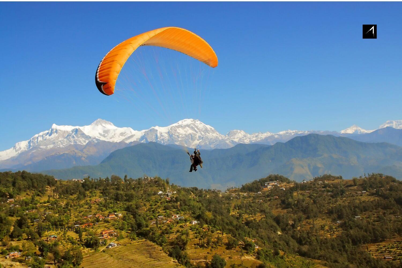Bay dù lượn từ đỉnh đồi Sarangkot một ngày trời trong, dãy Himalaya hiện lên trong tầm mắt