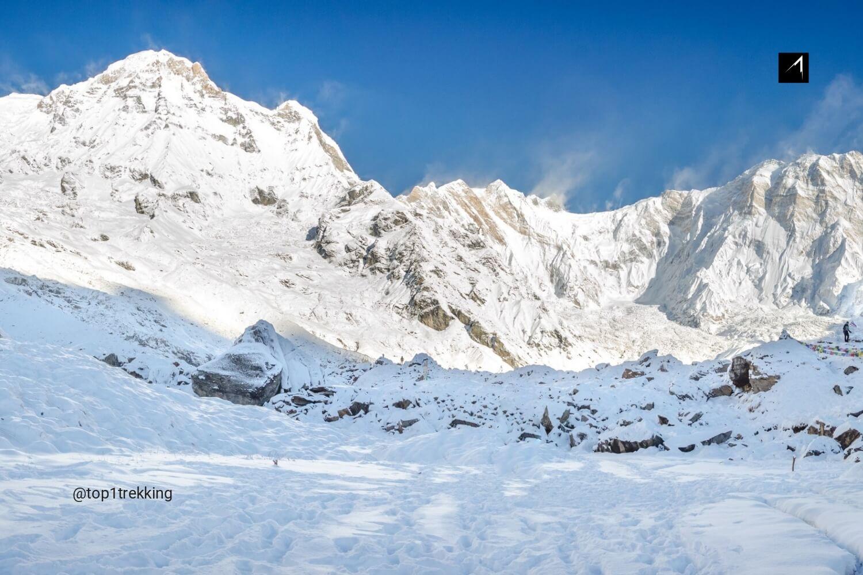Tuyết phủ dày ở Annapurna Base Camp và trời xanh trong mùa đông