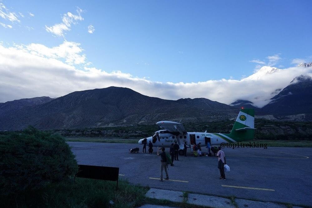 Máy bay vừa hạ cánh xuống sân bay Jomsom