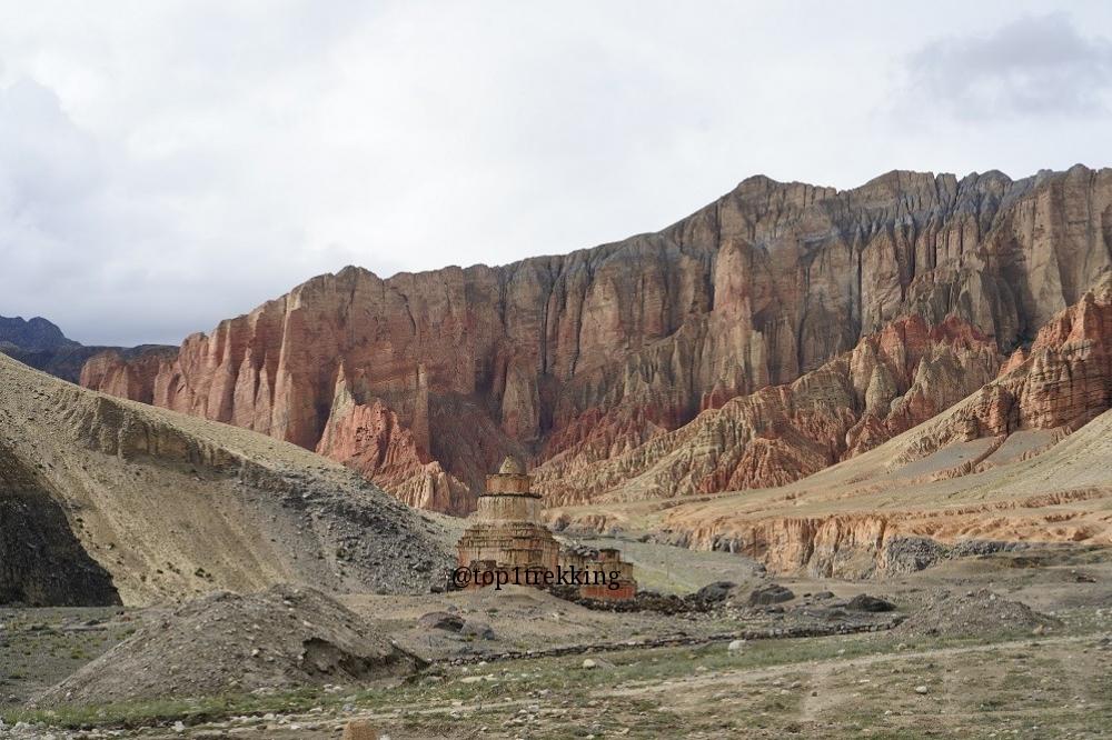 Núi đá đỏ đẹp chói lòa