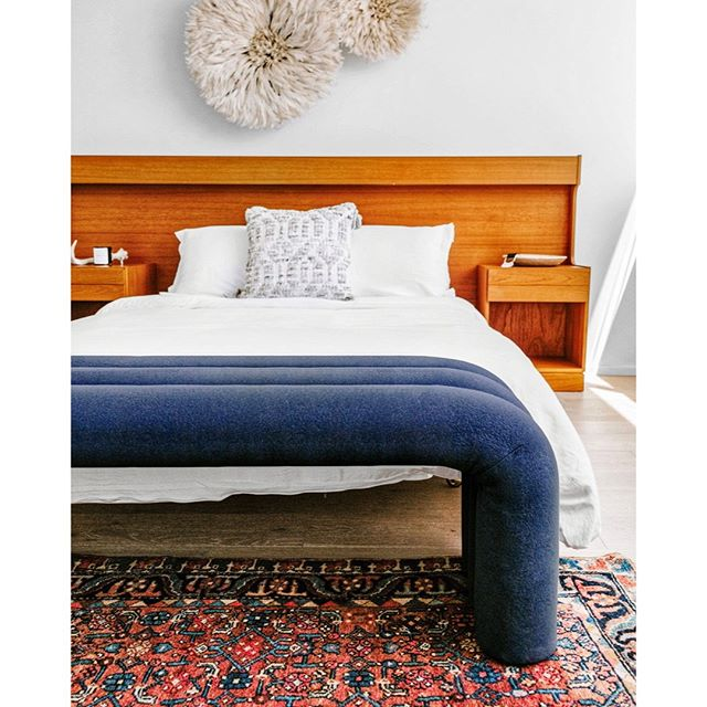 Did we mention the Arches Bench comes in wide range of colors? Like this navy beauty at the foot of a bed styled by @thefourthhouse for @guesthouseshop ⠀⠀⠀⠀⠀⠀⠀⠀⠀ ⠀⠀⠀⠀⠀⠀⠀⠀⠀ #interiordesign #interiorinspo #interiorproducts #madeinamerica #custommade #handcrafted #furniture #design #modern #studiomade