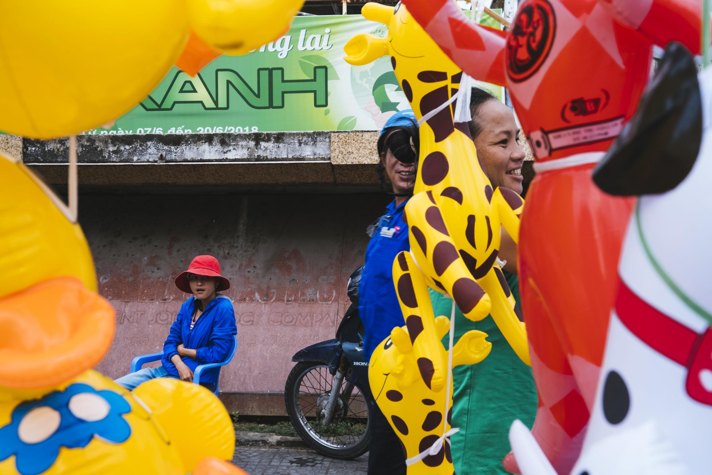 Vietnam-balloon-seller