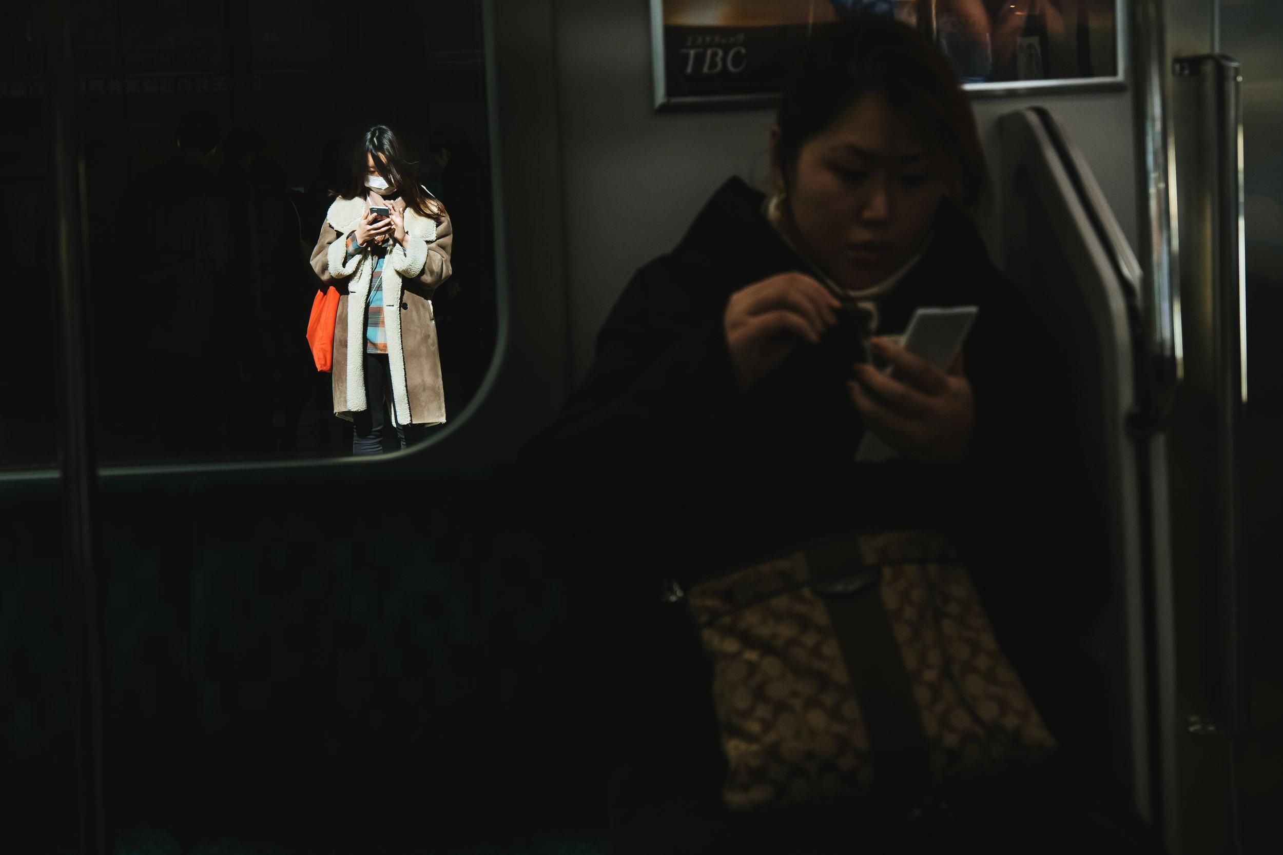 phone-girls-commute.jpg