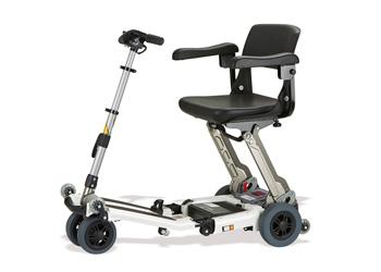 Ayudas Dinámicas - MODELO LUGGIE PLEGABLEScooter muy ligero gracias a su chasis fabricado en aluminio. Fácilmente plegable, cabe dentro de un pequeño maletero de coche. LUGGIE es único para viajar.