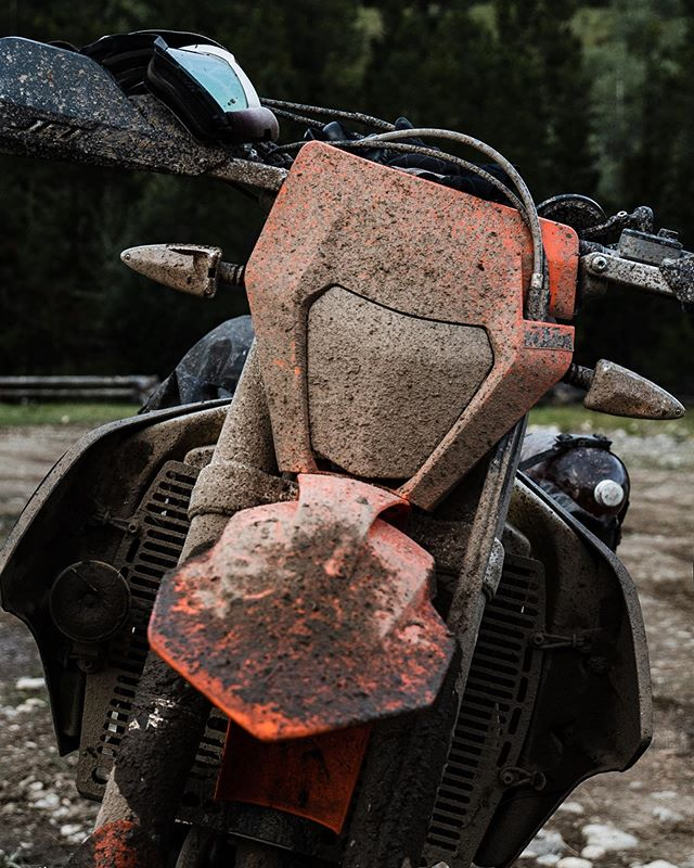 Usually the sign of a good day ⛰ 🏍 ! @revit_adventure @enduristan  #chilcotins #adventure #explore #dualsport enduro #upshift_online #ktm500exc #mud