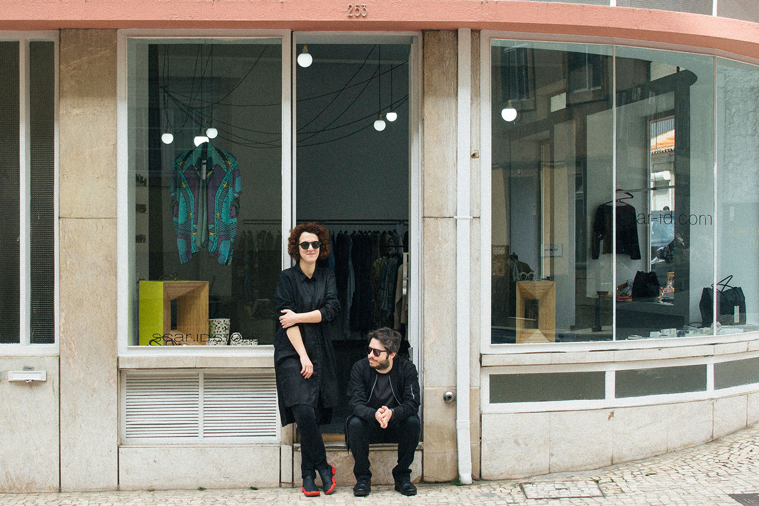 Welcome to Scar-id - Sílvia and André in front of the store