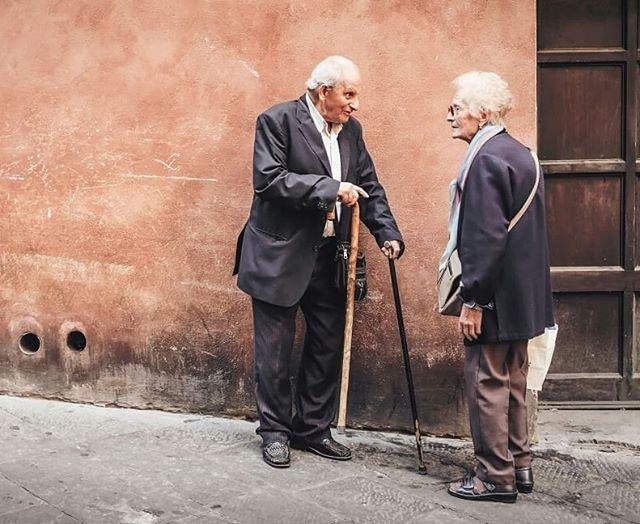 Italia tiene la magia de los  lugares pequeños, de pueblos que aún en muchos casos, detenidos en el.tiempo, conservan la magia de sus locales, lugares para comer y su gente...la magia de entrar a un lugar y encontrar todo bonito, de querer llevarse un tesoro a casa, de querer probar una receta, de escuchar las historias de los abuelos que se sientan en la vereda... . Con Majo @mercado_decoracion diseñamos una luxury experience,  un viaje a Roma y La Toscana para septiembre! Para descubrir la magia de esos lugares bajo la mirada de Majo, nuestra mirada...la #miradaDeViajarInspira Un viaje con paseos, recorridos y actividades fuera de los viajes tradicionales! ¿vamos? Toda la INFO del viaje entrando al LINK EN BIO! . Podes hacer tu reserva y tenemos planes en cuotas! Sin dudas será una experiencia alucinante! . #italy #latoscana #siena #viajarinspira #miradaDeViajarInspira #old #viajar #travelBlog #travel #europe #luxuryexperience