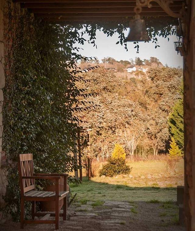 MANIFIESTO Somos libres, independientes, apasionadas, luchamos por hacer lo que nos gusta, trabajamos, disfrutamos de la familia, de los amigos, de los encuentros, la música, los lugares con encanto... . Nos gusta la comida que nos recuerda a la abuela y nos gustan los sabores exóticos, los aromas de las hierbas recién cortadas de la huerta y de las especias de la India. . Nos gusta viajar y nos gusta volver a casa, nos gusta pensar cual será nuestro próximo destino y nos gusta regresar para compartir nuestras experiencias. . Sabemos que viajar no es sólo adónde vamos, viajar son los preparativos, es llegar, es disfrutar y es volver. . Viajar es recorrer, conocer lugares, paisajes, gente, culturas, historias, hogares, amigos... Viajar nos abre un mundo, nos muestra que ese mundo no es solo nuestro propio espacio, nos enseña que hay miles de posibilidades y que son posibles. . Viajar nos permite ser parte de otros universos, nos permite ser parte de otras historias, viajar INSPIRA a transitar otros destinos y construir el propio. . Viajar Inspira . #viajarinspira #manifiesto #mujeresCreativas #viajar #travelBlog #blogdeviajes #somosviajarinspira #emprender #viajes #miradadeviajarinspira