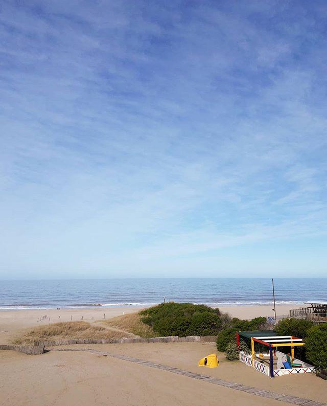 La costa argentina tiene hermosos rincones donde se mezcla el mar y el.bosque...asi es Carilo! Estos dias Vicky @almacenfeliz editora de nuestras historias está descansando en este lugar y compartirá algo de su experiencia! @carilosoleil . #miradeviajarinspira #compartir #blogdeviajes #viajarinspira #mar #sea #beach #playa