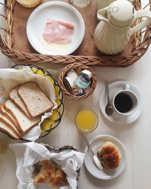 Una de las cosas que mas disfruto cuando viajo es el desayuno... En estas mini vacaciones nos despiertan con este desayuno en el apartamento y la verdad que asi el día comienza distinto 😍 .  @carilosoleil . #breakfast #desayuno #holidays #miradadeviajarinspira #viajarinspira #travelblog #blogdeviajes #instamoments #food