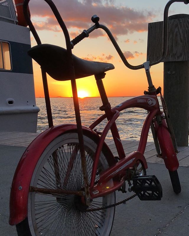 Riding into the weekend #wednesdayweekend ♻️🚲🌅