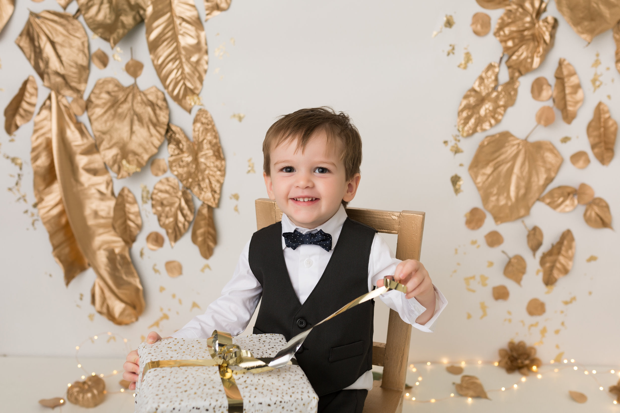Gold Sparkle - Custom-made, hand-painted white & gold backdrop for a bold and luxurious look.