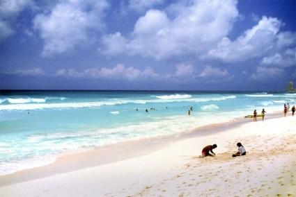 by: Dwight Tracy https://freerangestock.com/photos/6708/beach-vacations-scenes.html