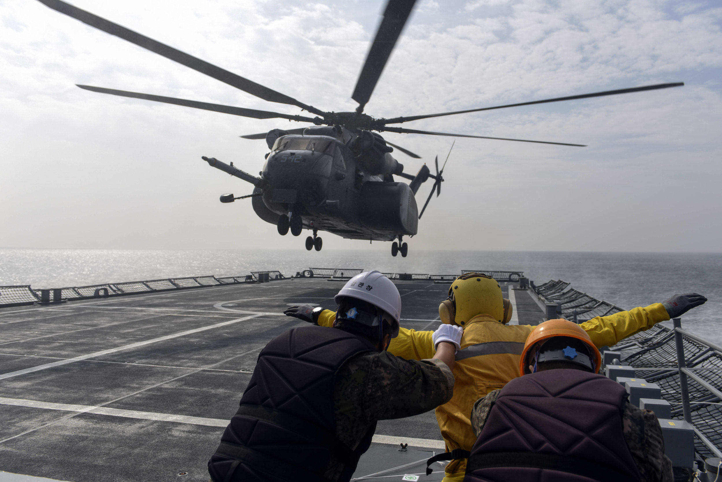 (Oct. 18, 2016) An MH-53E Sea Dragon helicopter from Helicopter Squadron (HM) 14, approaches the Republic of Korea (ROK) mine laying ship ROKS Wonsan (MLS 560), during exercise Clear Horizon. (U.S. Navy photo by Petty Officer 2nd Class Jermaine M. Ralliford)