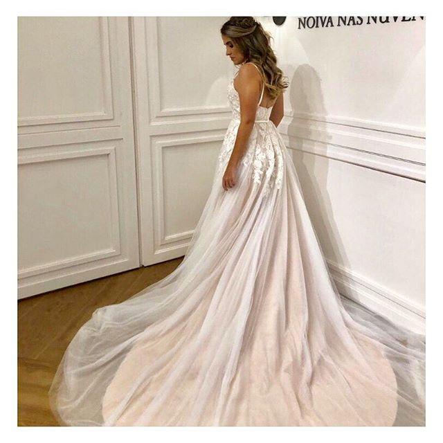 Luiza 💕 Com essa cauda arrebatadora para seu grande dia! Quem ama tb uma cauda de princesa??? Nos amamos muito! 💕 #noivanasnuvens um atelier para #noivasreais