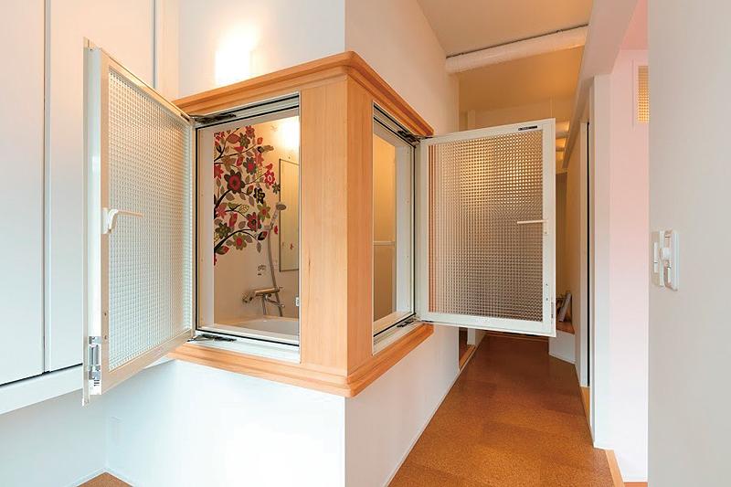 寝室とリビングに開く浴室の窓には、レトロなチェッカーガラスをはめている。