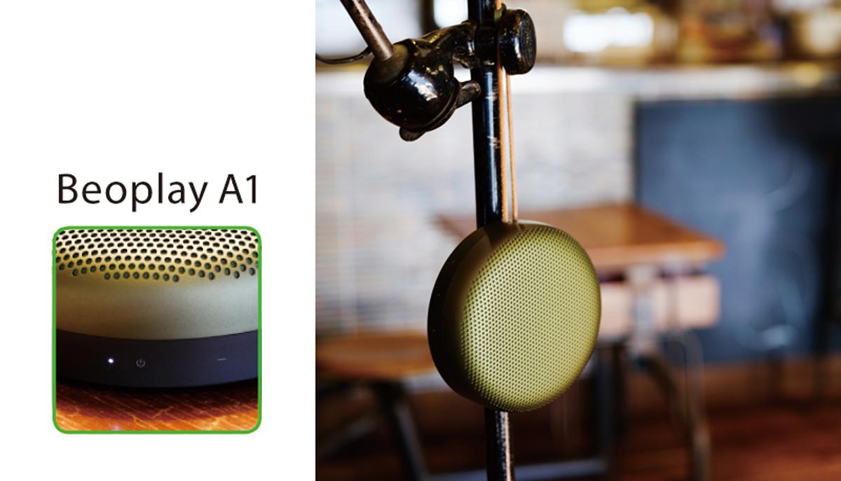支持率の高い代表モデルは凹凸のないシンプルなドーム型  2014年発売以来、不動の人気。360度全方位に音が広がり、ハンズフリー通話にも対応する。持ち運びに便利なソフトレザーのストラップが粋。24時間連続再生可。全4色。W133×D48×H133㎜、27,685円+税。   Miyata Style  「キッチンの頭上にキッチンツールをハンギングしているので、そこに吊るせば、料理しながらクリアな音が楽しめそうです。仕事机に置くのもアリですね」