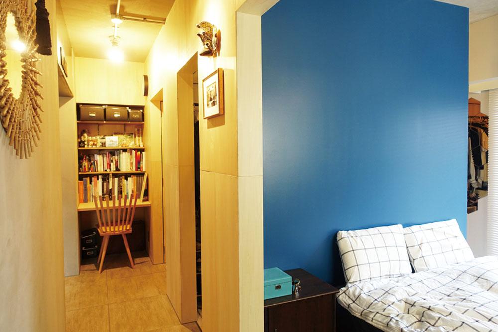 寝室の壁は青い塗装でポイントに。