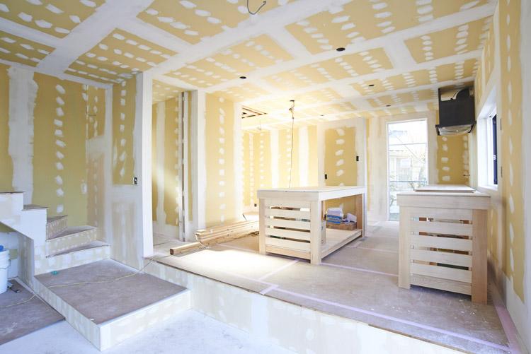 1階の手前の床にはタイルが貼りの多目的な空間に。奥がキッチン。