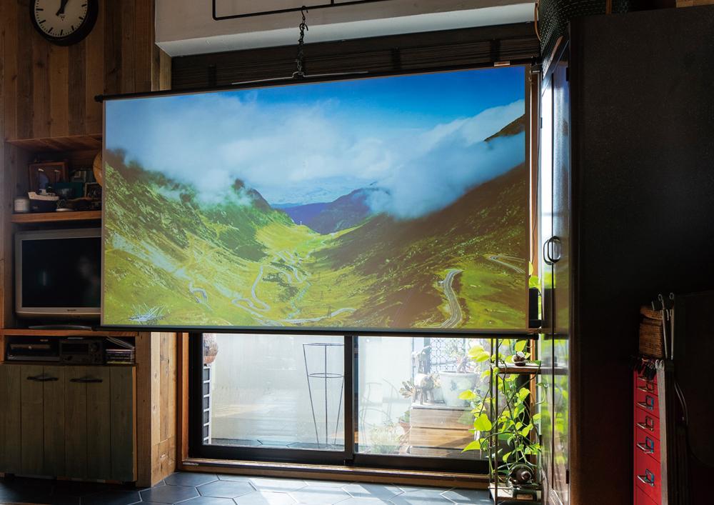 原邸では窓辺をスクリーンの設置場所と定め、窓のサイズやソファベッドとの距離感を考慮して80インチのスクリーンをセレクト。同サイズのテレビを購入する場合70〜100万円もかかるが、dreamioなら10万円〜導入が可能。プロジェクターの天吊り工事を含めたとしても、テレビ購入費よりもコスト面での敷居はかなり低い。また、スクリーンがなくても白い壁に直接投写ができ、使用していないときは美しくすっきりとした空間を実現してくれる。