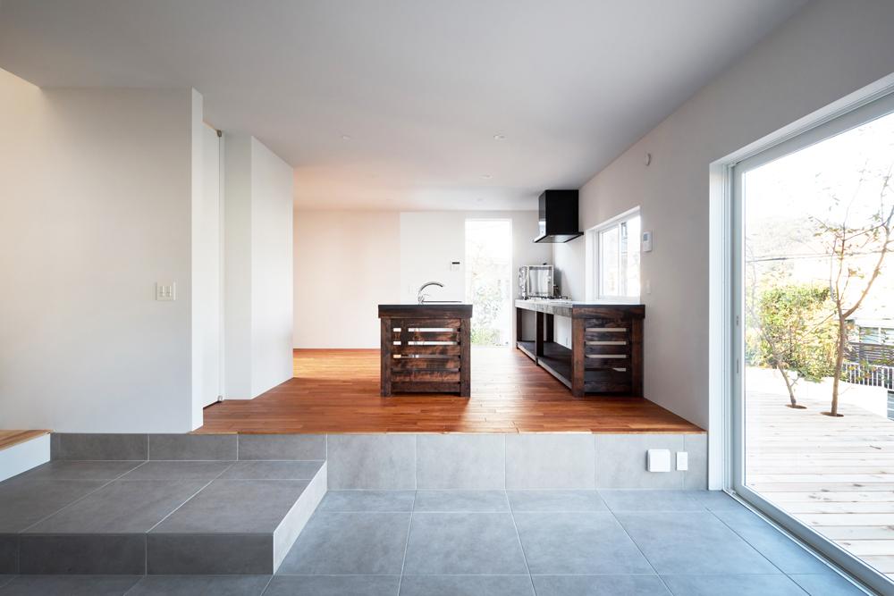 1階は多用途に使える土間とリビングダイニング。フラットになった広いデッキに直接出ることができる。