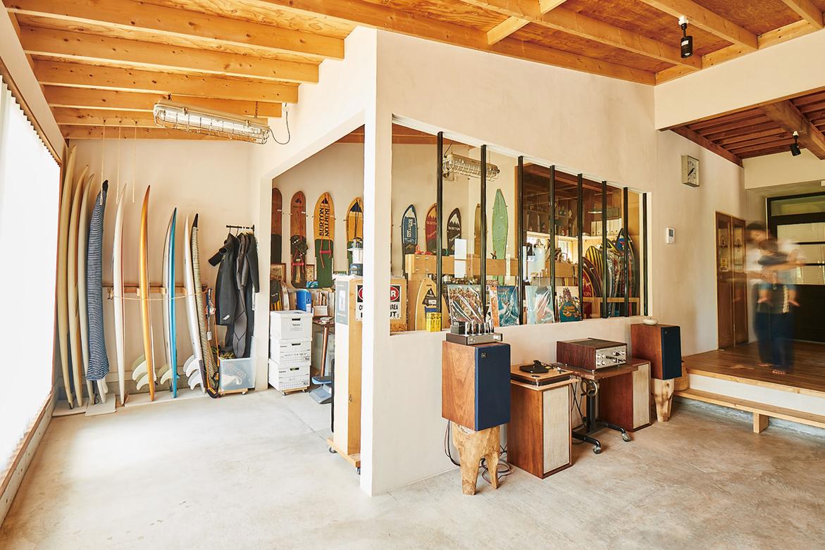 土間の一角に夫のサーフボードやヴィンテージスノーボードを見せて収納。音楽とともにくつろぐ趣味空間。