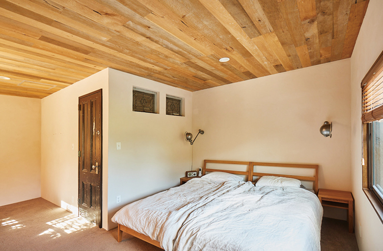 2 階の天井は表情のあるヴィンテージウッド張りに。