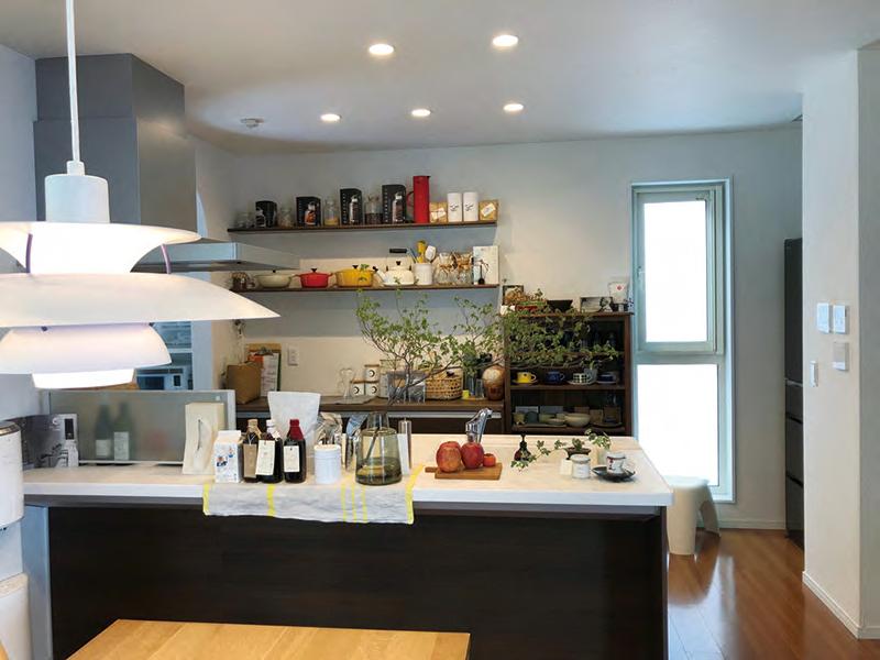 キッチンには北欧ビンテージや日本の陶芸家の作品など、こだわりの食器や道具を見せて収納。