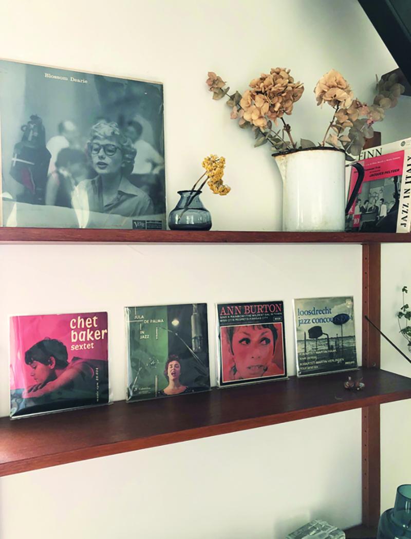 「60年代のヨーロッパジャズのレコードジャケットはセンスがいい」と大川さん。棚も同年代のもの。