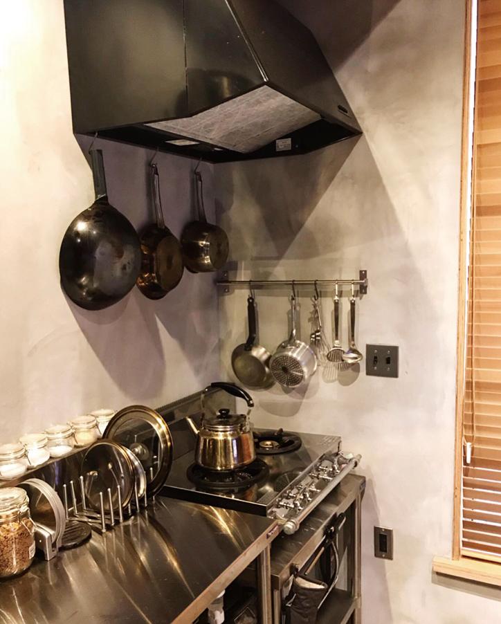 仕事で使い慣れた業務用キッチンをセレクト。「機能はシンプルですが、毎日ガシガシ使えて便利」と奥さま。