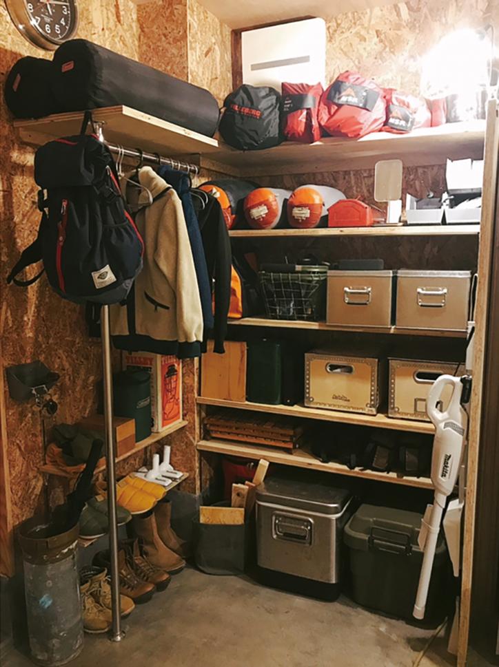 以前は車に積みっぱなしだったキャンプ用品を見せて収納するお気に入りコーナー。OSB合板でカジュアルに。