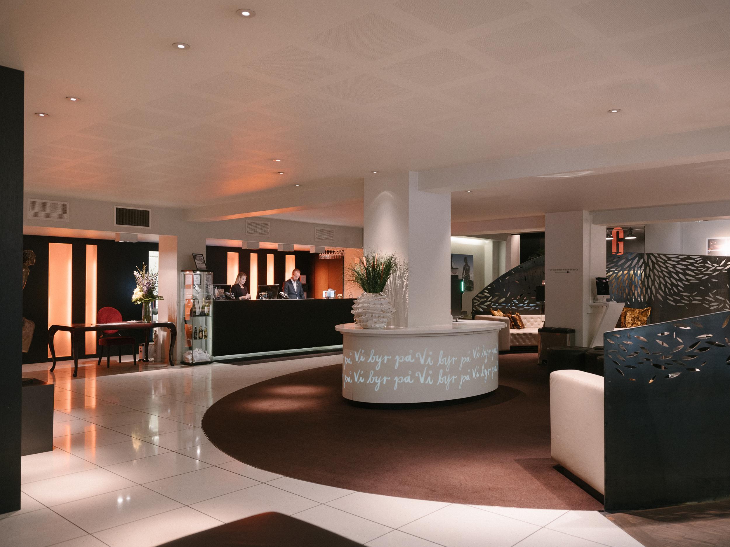 art deco med en moderne twist - Etter en omfattende renovering i 2009 fremstår hotellet i dag som et av Oslos mest eksklusive. Den unike atmosfæren er preget av art deco historie, spennende kunst og moderne møbler. Hos oss kan du finne roen og følelsen av å komme hjem.Vi serverer kaffe og deilig bakverk hver dag fra kl. 15.00, et lettere måltid mellom kl. 18.00 og 21.00 hver kveld slik at du skal slippe å bekymre deg for å gå sulten til sengs selv om du ikke ønsker å utforske byen. Kommer du etter kveldsmat, har vi alltid noe lett å tygge på som du kan få med deg på rommet. Vår enestående frokost serveres i restaurant Grilleriet, og du har fri tilgang til vår storstue i 8. etasje, gymmen og internett!Varmt velkommen!