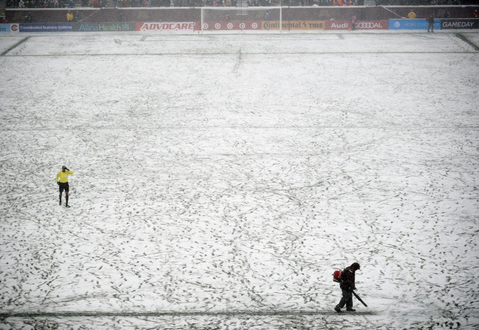 Den Durchblick behalten: Beim Schneegestöber während des Fussballspiels Atlanta United gegen Minnesota United muss der Platzwart für Ordnung sorgen. (Minneapolis, 12. März 2017, Jeff Wheeler/Keystone)