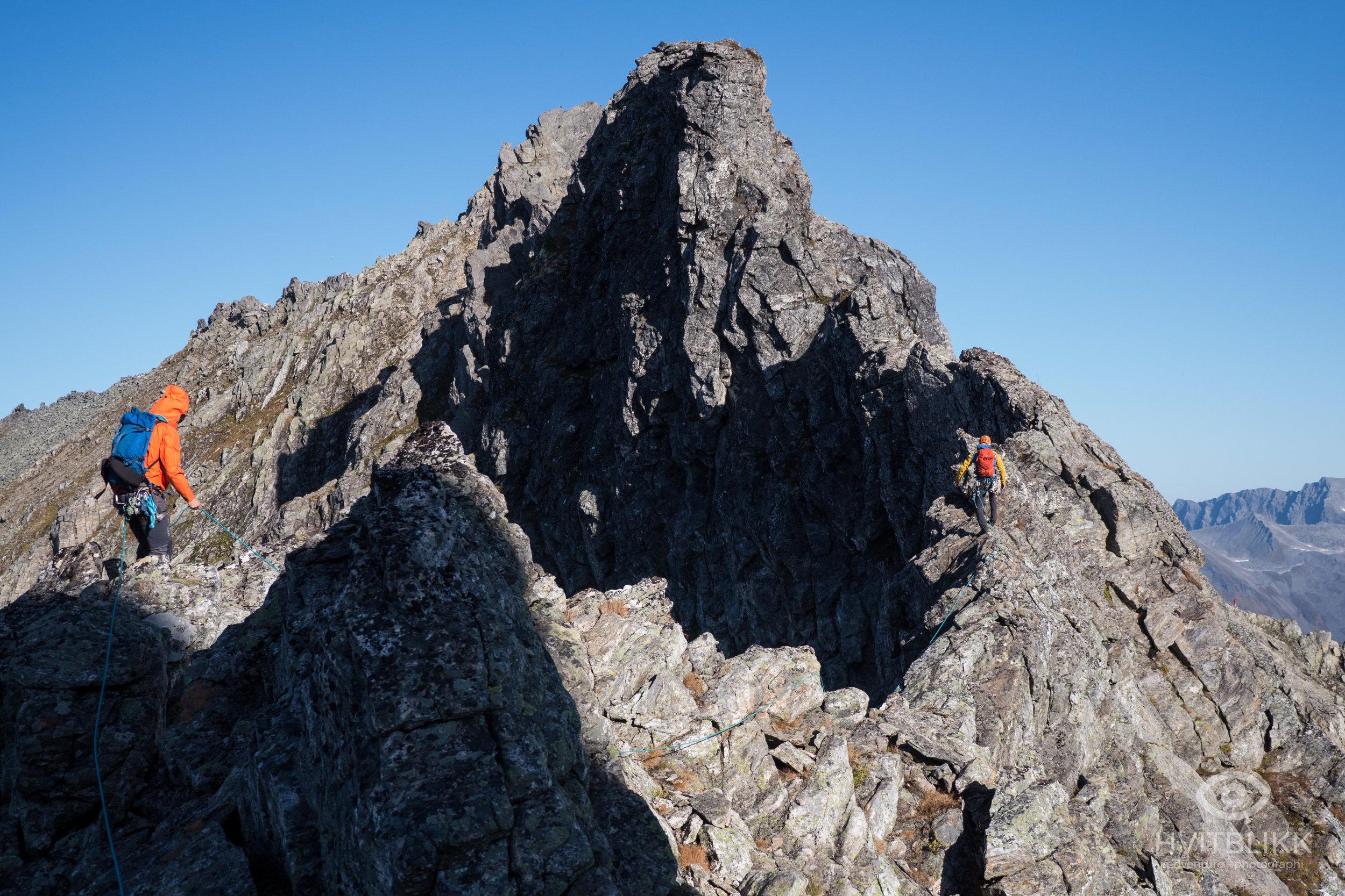 Petter og Stig, snart halvveis på traversen, med Dalegubben ruvende i bakgrunn.
