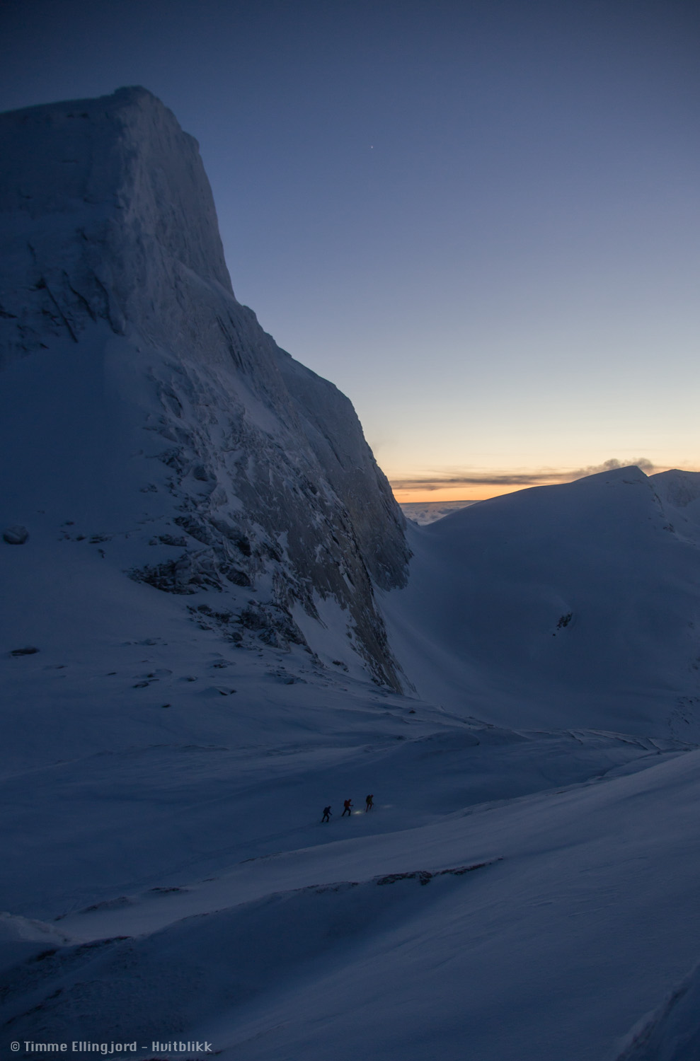 being out in the dark could be pretty fucking amazing sometimes. Wish I had a better camera this time, mine being at repairs. I did like this one though, capturing our 3 friends on their way down. Presttind in the background.