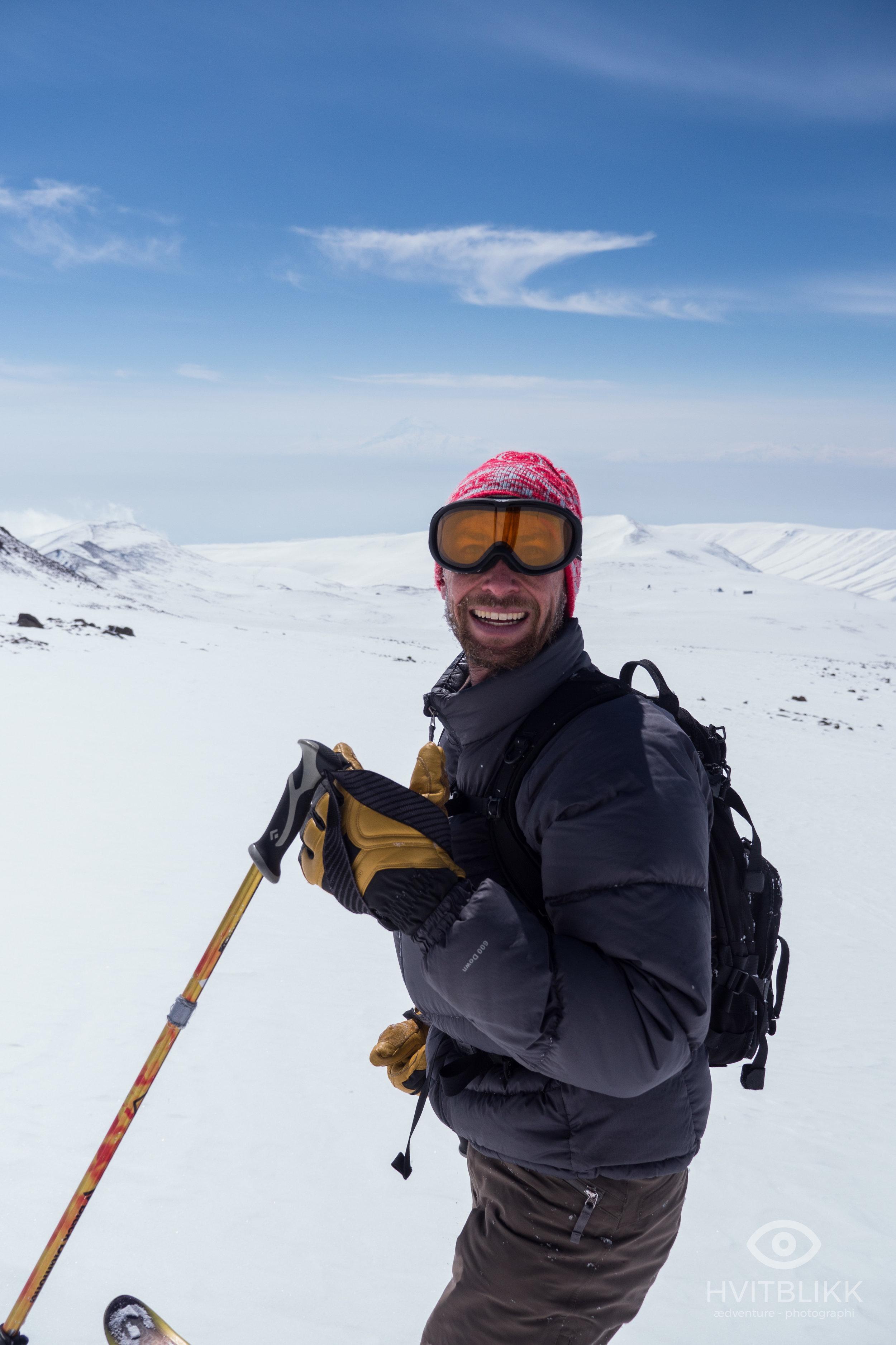 Aragats er en gammel vulkan, og gir en spennende skikjøring i et noe goldt terreng. På grunn av høyden og det tørre klimaet kan derimot snøen være utfordrende, med lite og hard snø. Nede til høyre kan man skimte forskningsstasjonen hvor vi overnattet natten før.