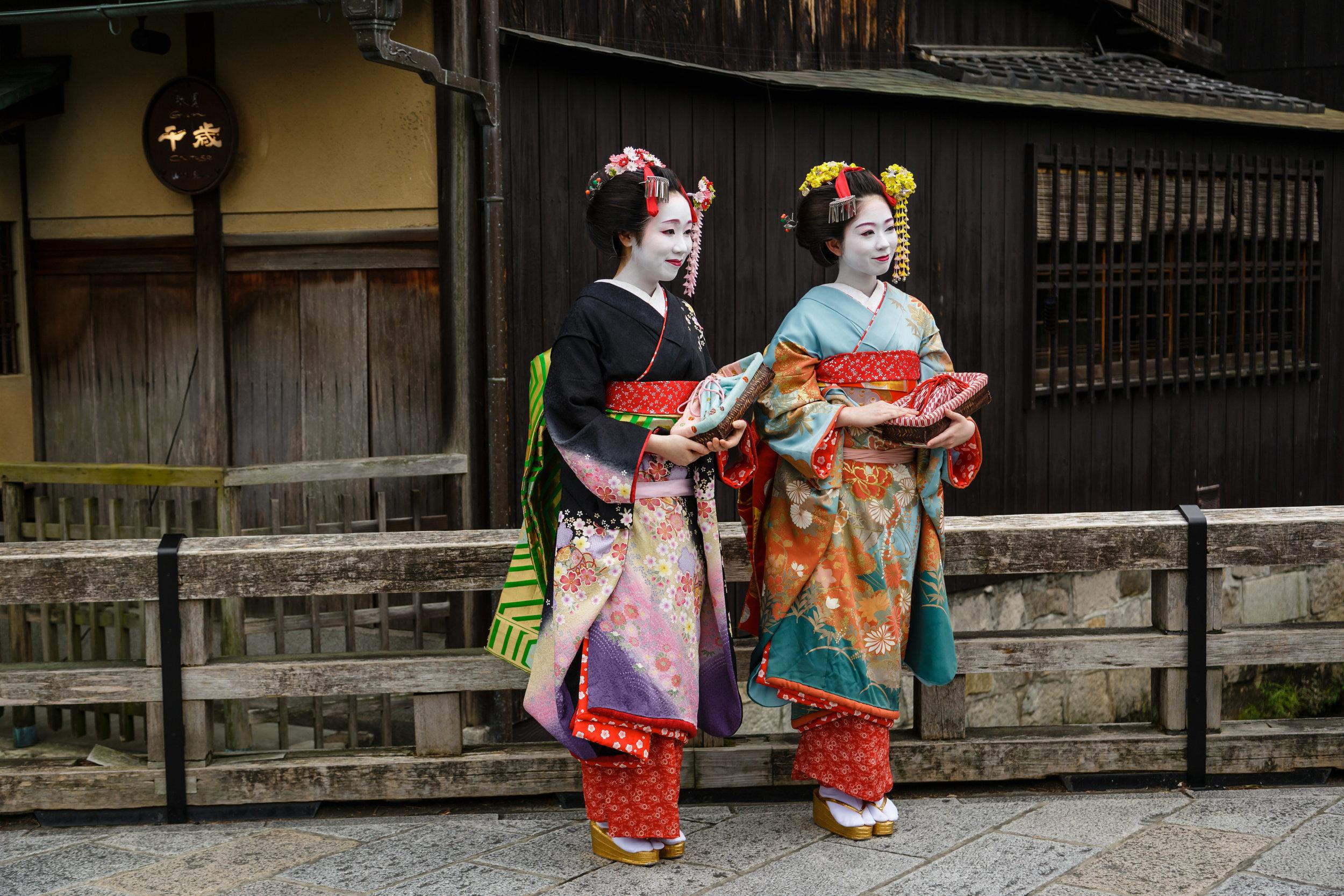 Geishas_in_Kyoto.jpg