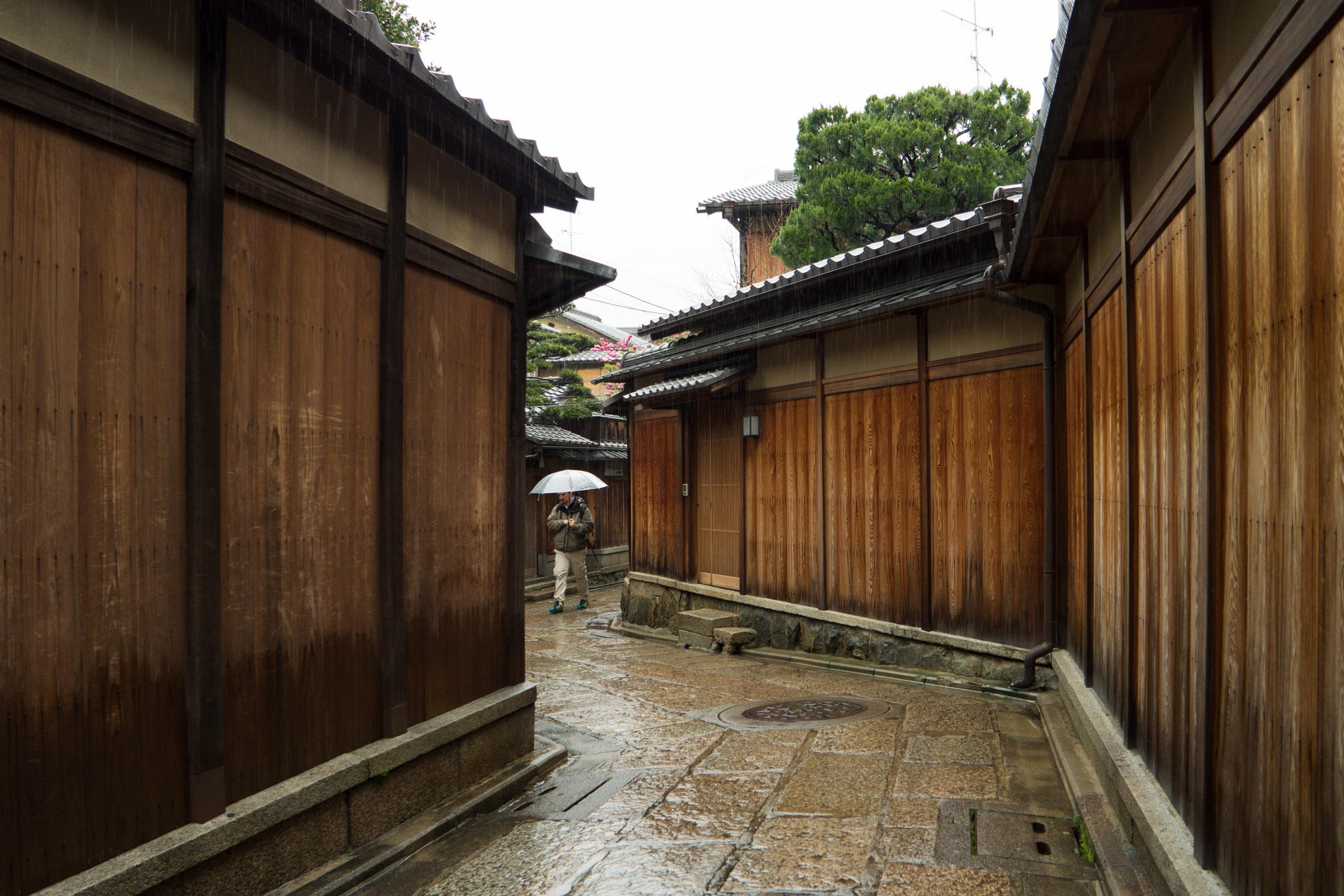 Rainy_street,_Kyoto_(16683855348).jpg