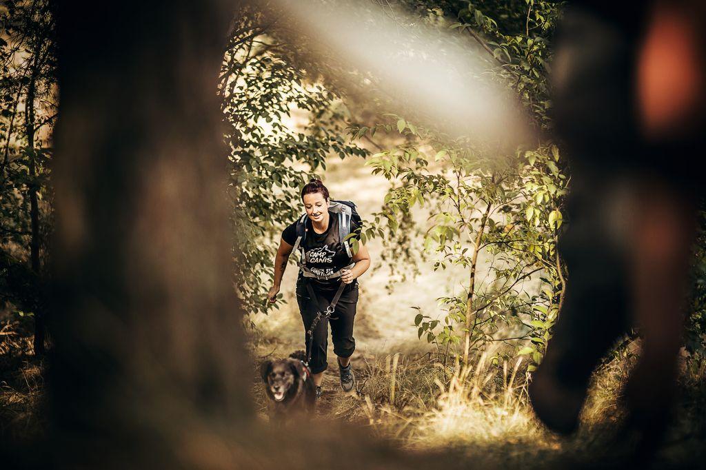 - Auf deinem Weg durch eine Gegend, die du nicht kennst, mit wenig Hilfsmitteln und nur deinem Teampartner und deinem Hund an der Seite schlägt die Gefahr in dem Moment zu, in dem eure Aufmerksamkeit nachlässt.Die Momente voller Frust, weil der Weg doch der falsche war und ihr zurück zur letzten, bekannten Markierung müsst.